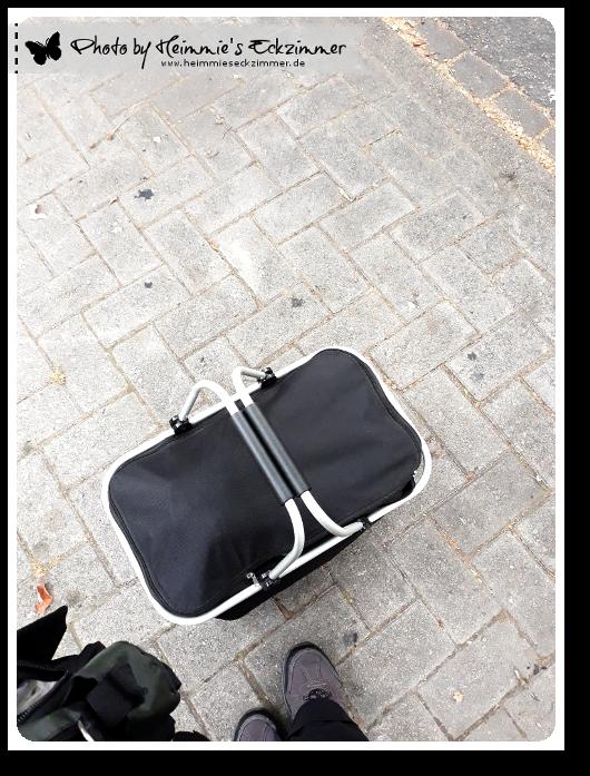 Mit Sack und Pack an der Bushalte warten.