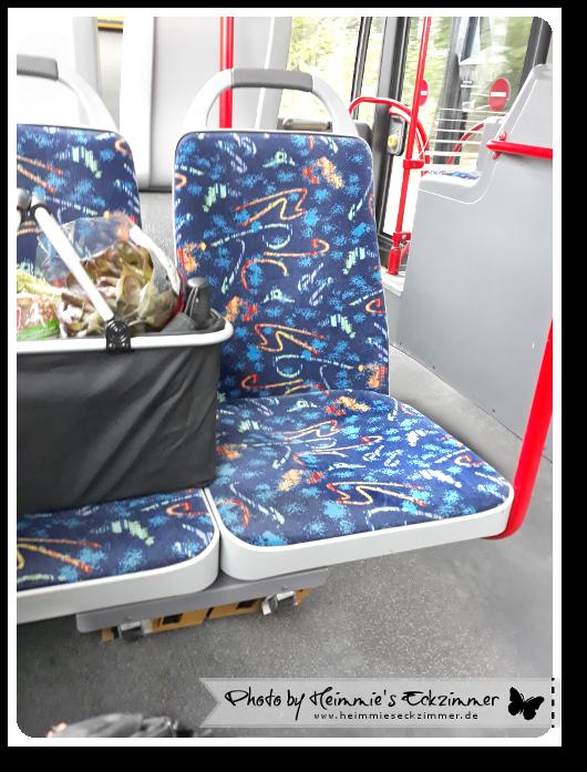 Mein Einkaufskorb im Bus mir gegenüber auf dem Sitz.