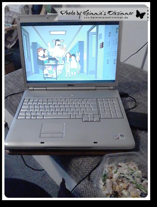 Mitgebrachter Salat zum Abendessen und Bobs Burgers am Laptop
